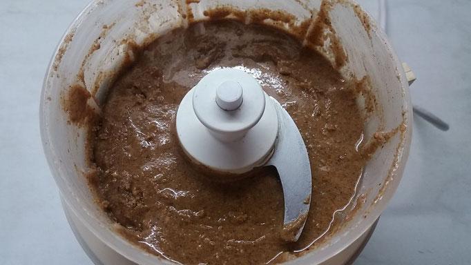 60 g geröstete, fein geriebene Haselnüsse und 20 g Zucker in einer Moulinette zu einer Paste verarbeiten.