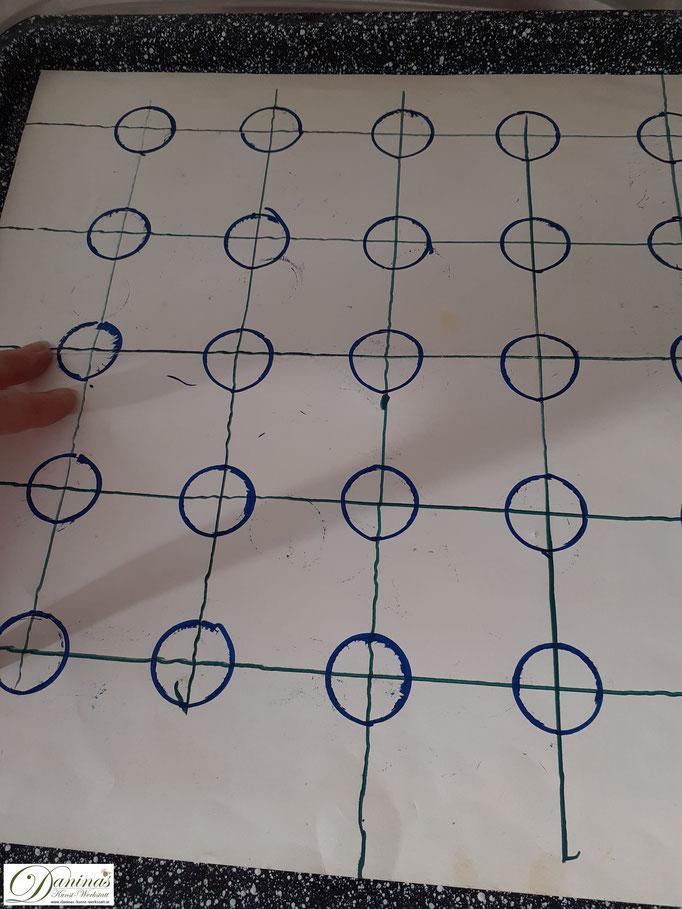 Backtipps & Tricks: Für Spritzgebäck ist es empfehlenswert, sich eine Schablone vorzubereiten.