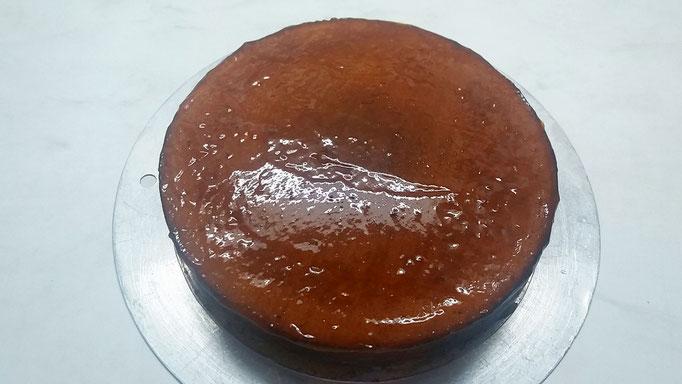 Torte mit der Marmelade trocknen lassen