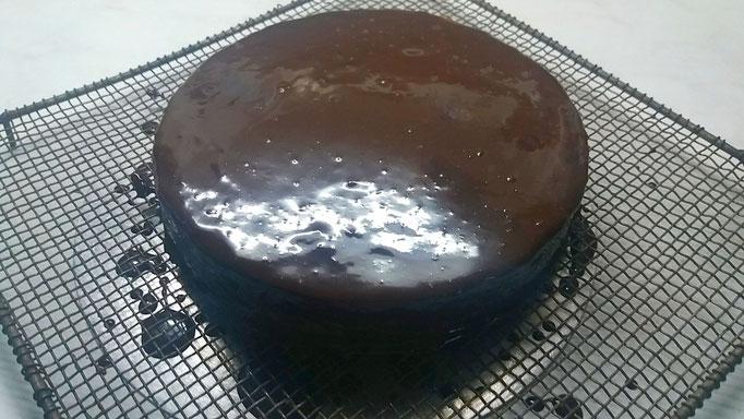 Torte an einem kühlen Ort (aber nicht im Kühlschrank!) trocknen lassen