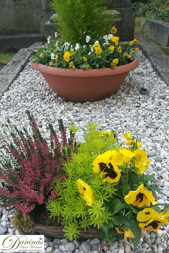 Pflegeleichte herbstliche Grabgestaltung mit Kies und Pflanztöpfen