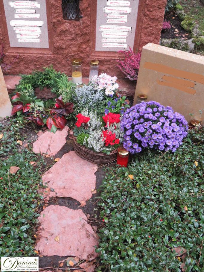 Herbstliche Grabgestaltungidee mit bunten Blumen.