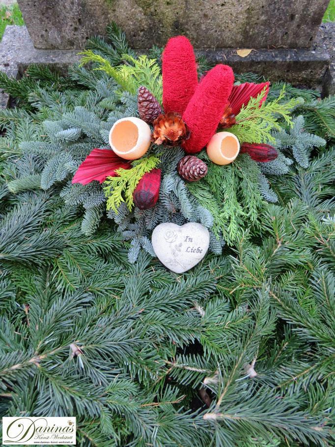 Grabgesteck Allerheiligen aus Tannenzweigen mit rotem Dekor