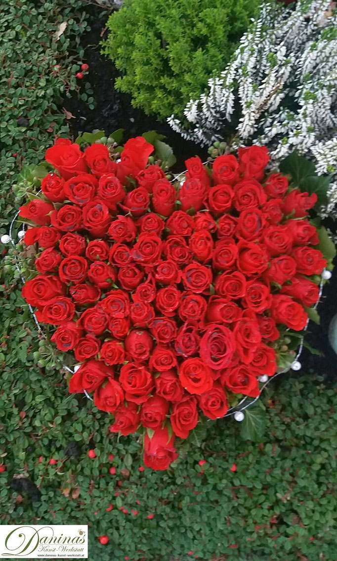 Grabgesteck Herz aus roten Rosen