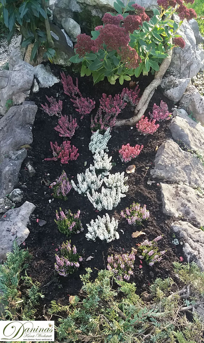 Grabgestaltung und Grabbepflanzung im Herbst pflegeleicht. Idee mit Naturstein