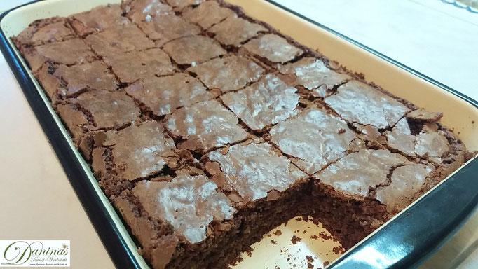 Gebackene abgekühlte Brownies in Stücke schneiden