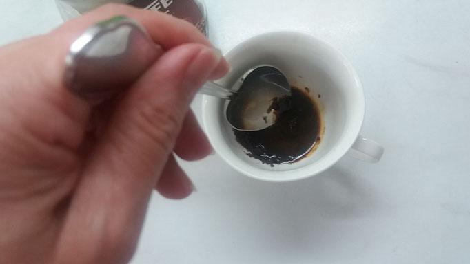 Löslichen Bohnenkaffee mit heißem Wasser verrühren
