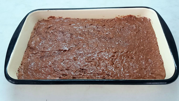 Brownies Masse in der Backform glattstreichen