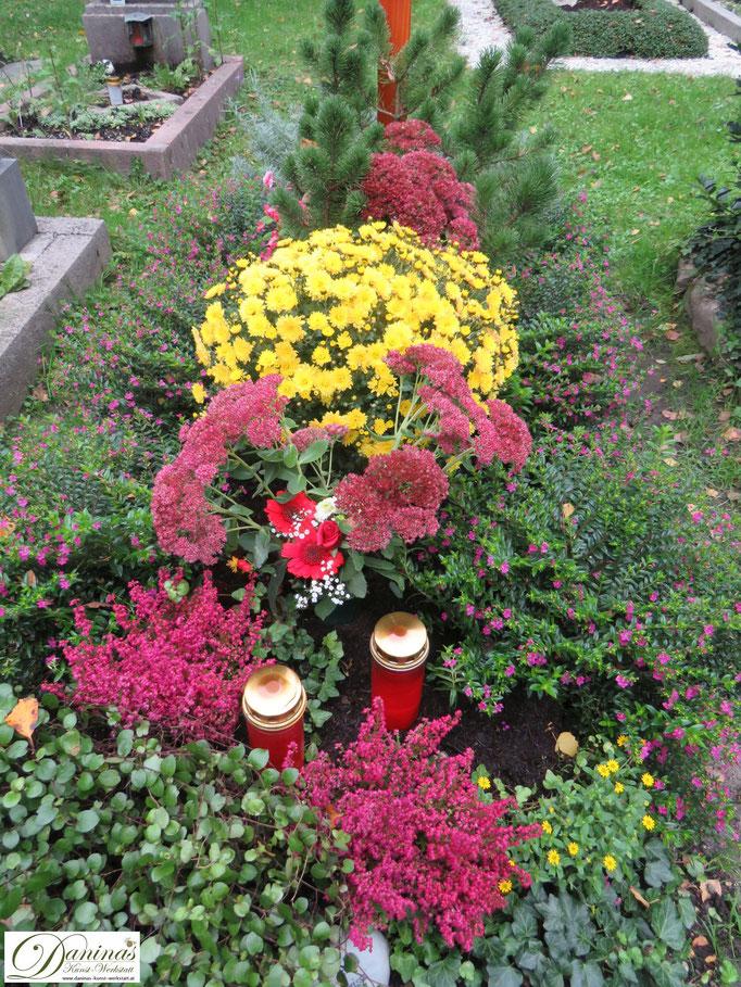 Schöne Grabbepflanzung im Herbst. Beispiel zum Selbermachen.