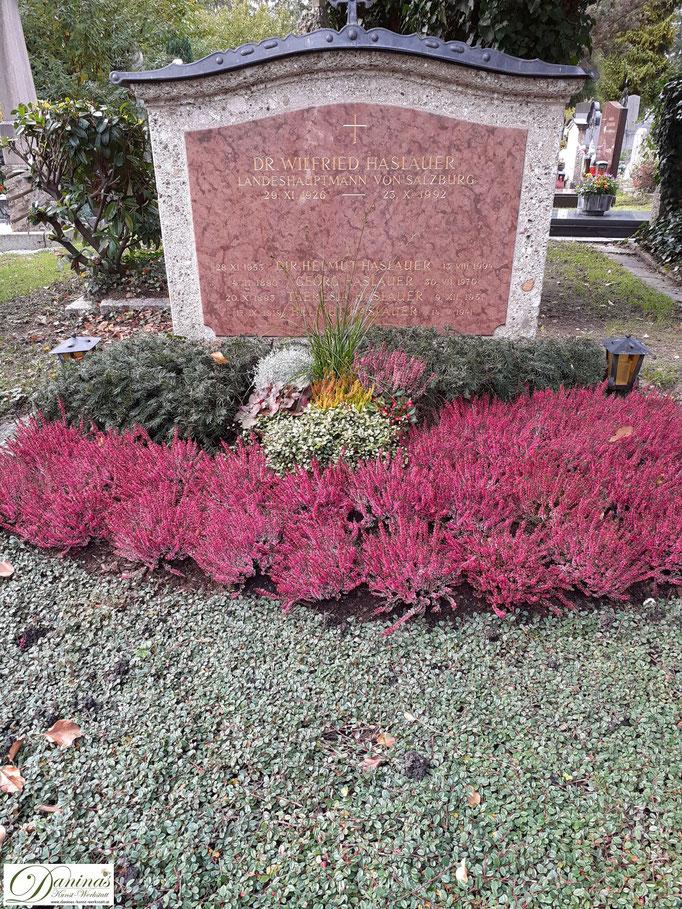 Pflegeleichte Grabgestaltung und Grabbepflanzung im Herbst.