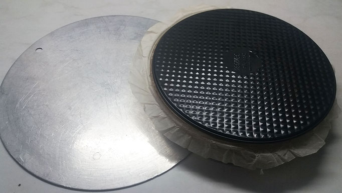 Weitere größere Tortenplatte unter die erste Platte schieben