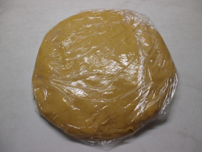 Mürbeteig für Rhabarberkuchen in Folie wickeln und kühlstellen