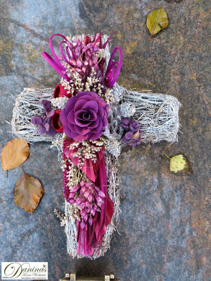 Allerheiligengesteck: weißes Weidenkreuz mit rosa Blumen
