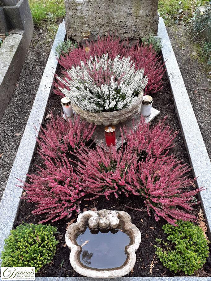 Pflegeleichte Grabbepflanzung im Herbst. Idee zum Selbermachen.