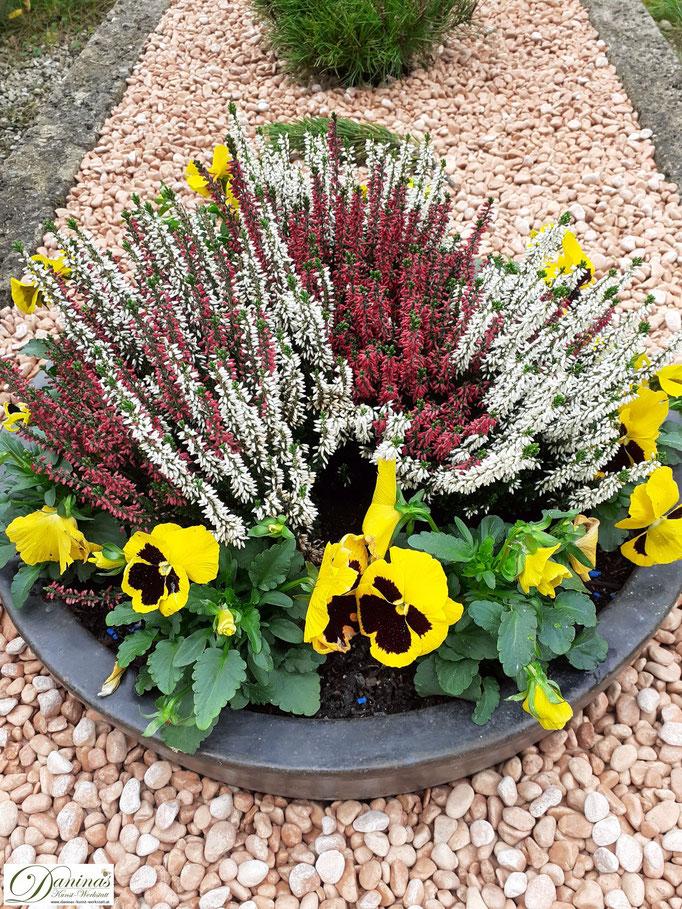 Grabgestaltung Herbst mit Kies und Pflanztopf zum Selbermachen