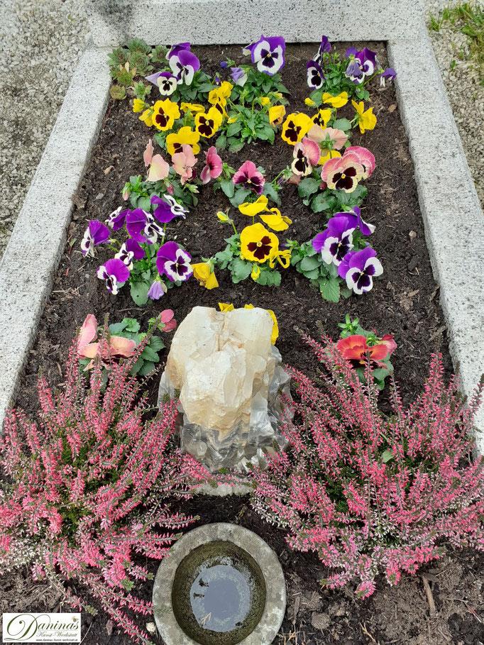 Plegeleichte herbstliche Grabgestaltung und Grabbepflanzung.