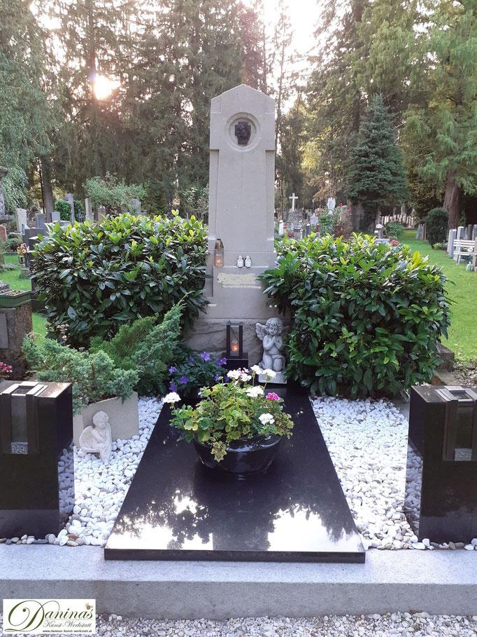 Pflegeleichte Grabgestaltung für ein Doppelgrab im Herbst