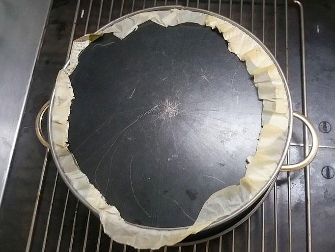 Nach dem Backen und 15 Minuten Rastzeit die Torte kopfüber auf ein Gitter stellen