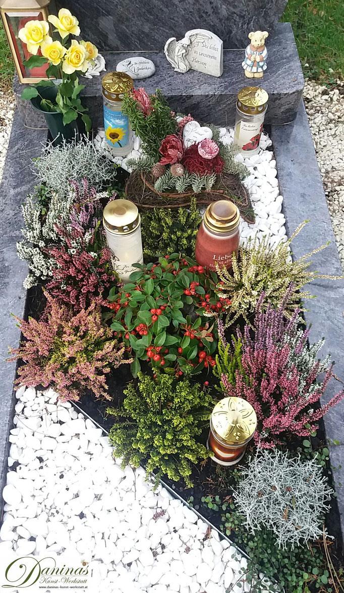 Grabgestaltung im Herbst mit Kies. Beispiele und Ideen zum Selbermachen.