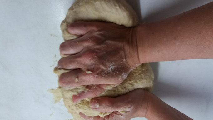 Alle Zutaten - am besten mit den Händen - zu geschmeidigem Teig abschlagen