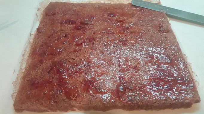 Biskuit auf der Unterseite mit Marmelade bestreichen