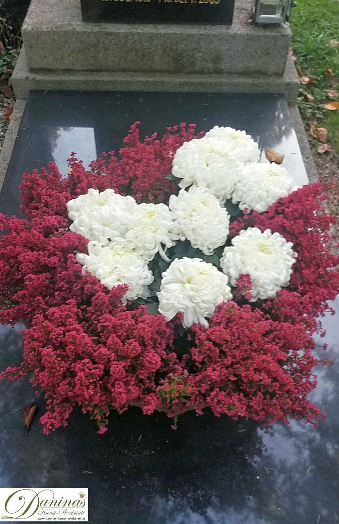 Grabgestaltung und schöne Grabbepflanzung im Herbst. Idee zum Selbermachen.