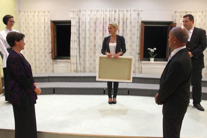 DGKS Barbara Frohnwieser vom EB-Haus Salzburg mit einem Geschenk
