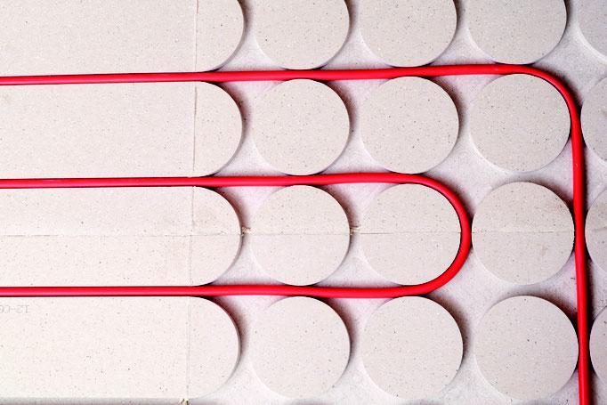 Fußbodenheizung auf Trockenestrich Knauf GIFAfloor PRESTO - Rohre einlegen