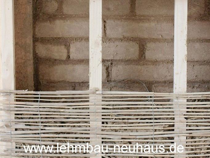 Neuausfachung mit Lehmstein-Mauerwerk, Innendämmung mit Holzleichtlehm und Schilfrohgewebe als verlorene Schalung.