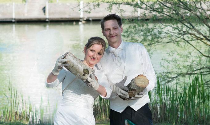 Beute Brautpaar Baumstamm ist zersägt