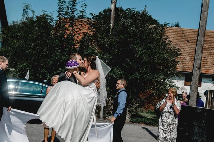 bräutigam trägt seine Braut durchs Herz