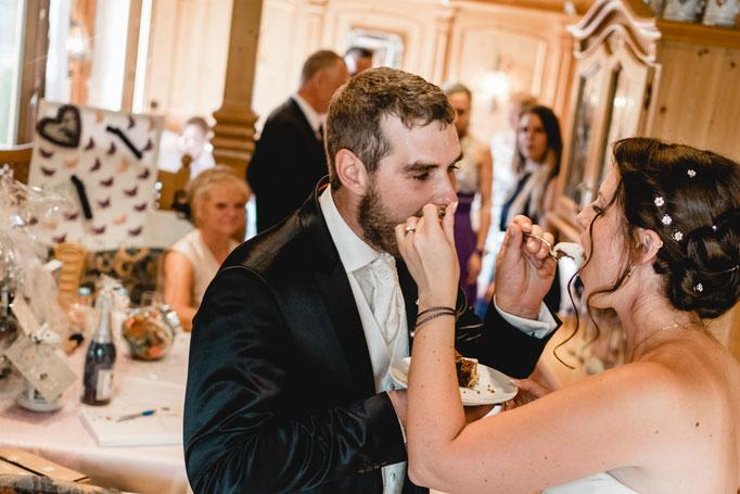 Gegenseitig füttern Torte Brautpaar