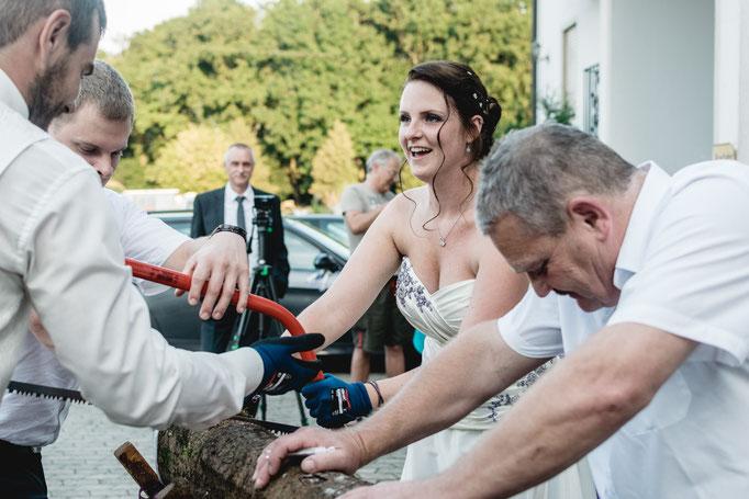 Die Braut sägt Baumstamm sägen Pfaffenhofen an der Ilm