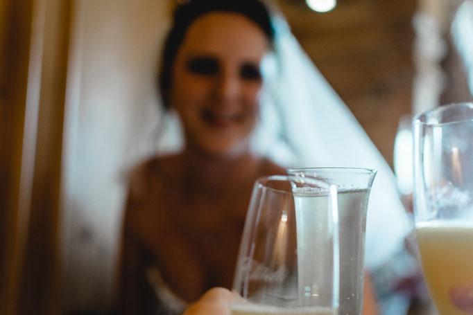 Anstoßen mit der Braut am Tag der Hochzeit