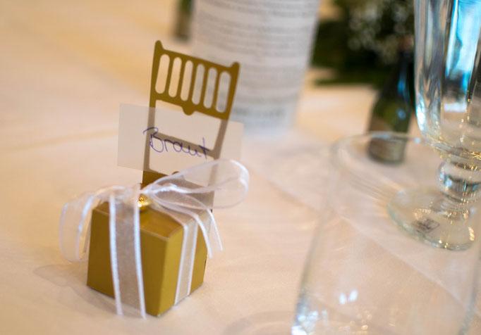 Gastgeschenke in Form eines goldenen Stuhls