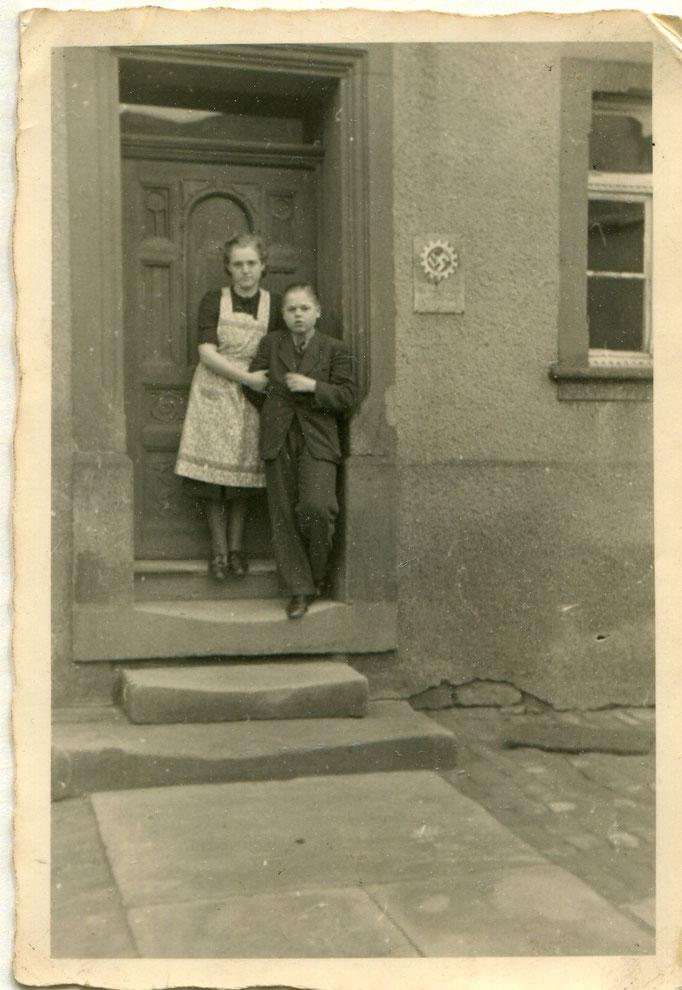 Anton und Katharina auf der Treppe vorm Salon