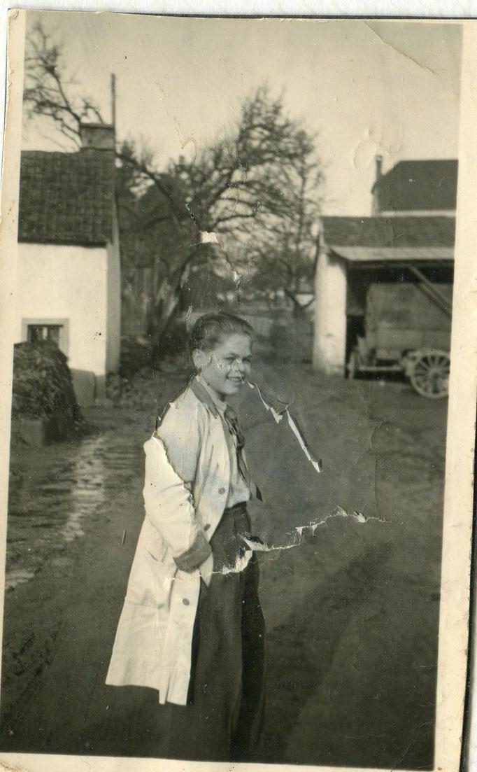 Anton auf der Bachstraße im Friseurkittel