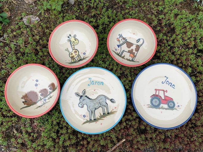 Kindergeschirr: Müslischalen in koralle mit Motiv Igel, Giraffe und Kuh; Vesperteller in mint mit Motiv Esel und in blau mit Motiv Traktor