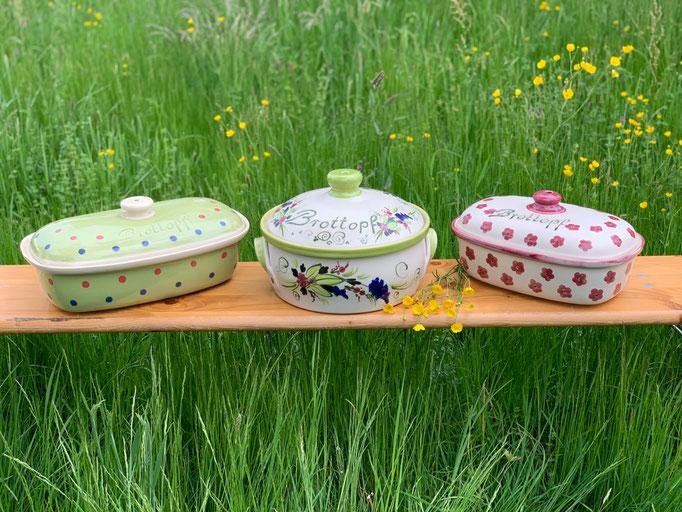 Brottöpfe (von links nach rechts): oval in lemon mit Punkten; rund in lemon mit Blumenmuster; oval in brombeere mit Blumen
