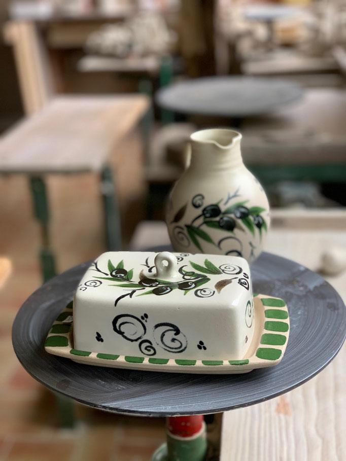 Butterdose und Krug mit Motiv Olive
