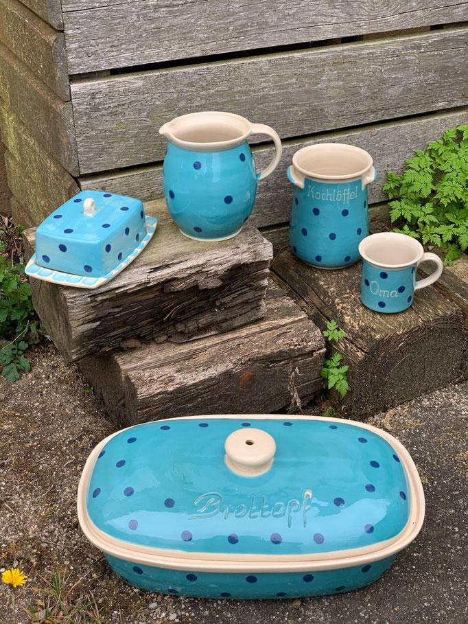 Gebrauchsgeschirr in mint mit blauen Punkten (von links nach rechts): Butterdose, Milchkrug groß, Kochlöffelhalter, Bechertasse und Brottopf