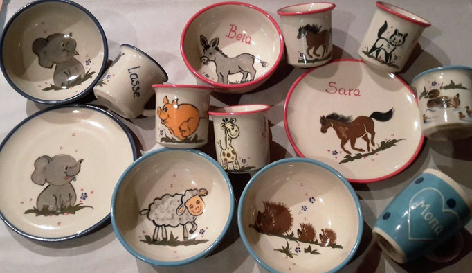 Kindergeschirr (von links nach recht): Motive Elefant, Schaf, Schwein, Giraffe, Esel, Igel, Pferd, Katze und Ente