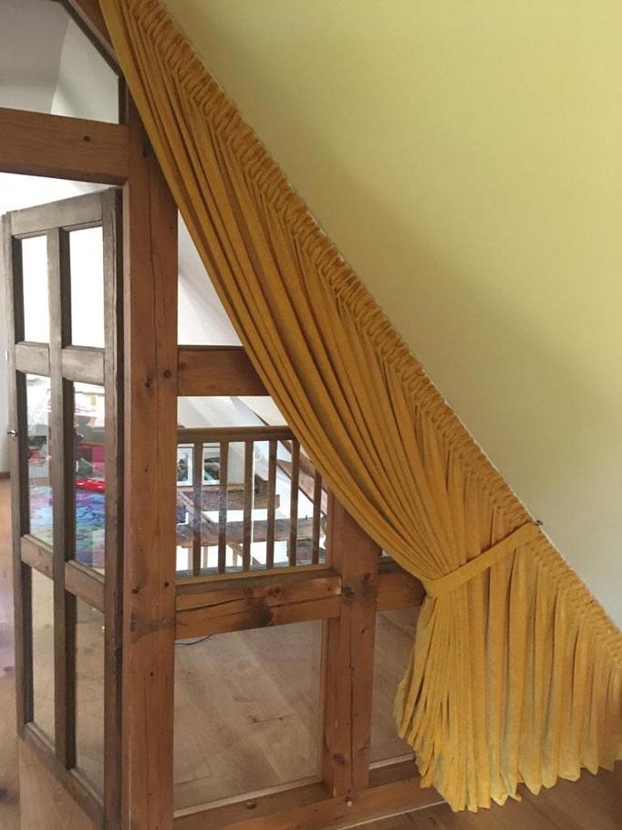 Exklusive Raumausstattung mit einem Vorhang-Schal