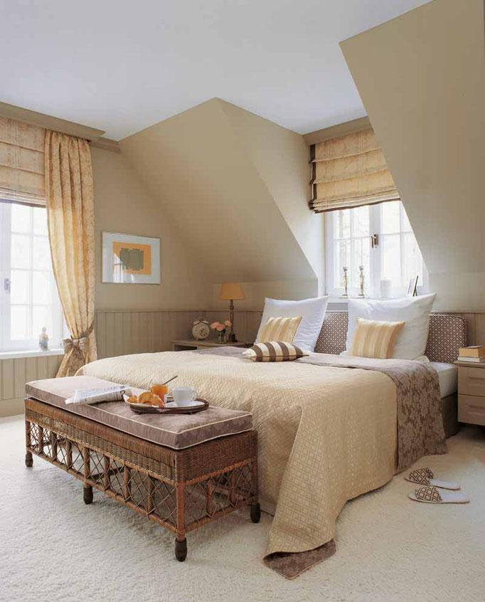 Exklusive Raumausstattung mit Plissees, Vorhängen und Teppich
