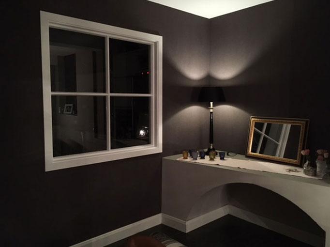 Exklusive Raumausstattung mit Licht und Wandgestaltung