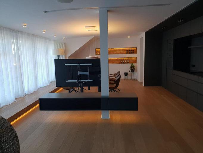 Exklusive Raumausstattung mit einem Vorhängen und Bodenbelägen