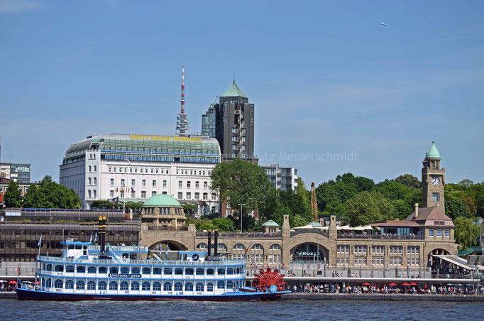 HOTEL HAFEN HAMBURG (im Hintergrund) und St. Pauli Landungsbrücken