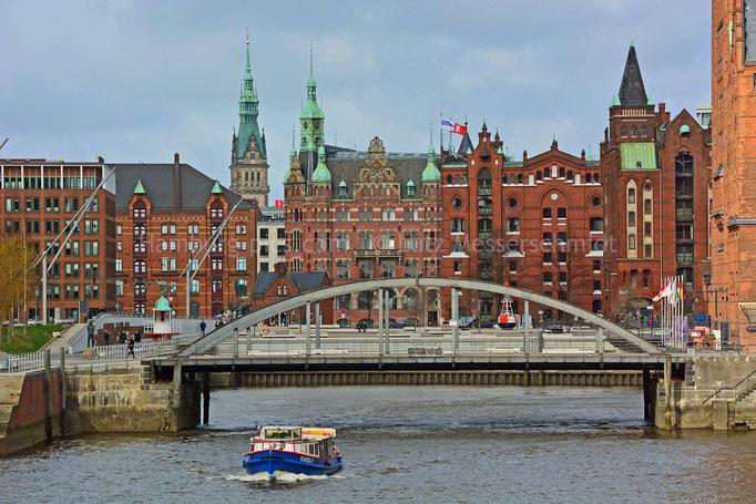 Busanbrücke im Magdeburger Hafen mit Altem Hafenrathaus (Speicherstadt) und Rathausturm (City)