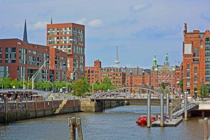 Blick vom Magdeburger Hafen in der HafenCity zum Alten Hafenrathaus/Rathaus
