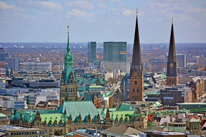 Rathaus-Turm und Türme der St-Petri- und St. Jacobi-Kirche